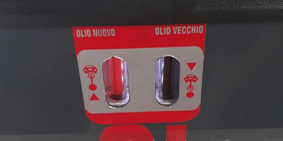 Spoelmachine met schone olie versus vervuilde olie tijdens automaat spoelen